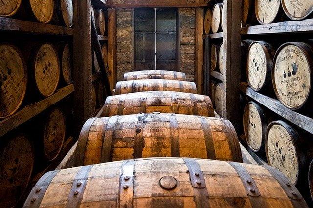 Reifung Whiskey in Fässern